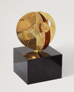 Barbara Hepworth Three Curves with Strings (Gold Mincarlo), 1971. Gold. Private Collection, on long loan to The Hepworth Wakefield (Wakefield Permanent Art Collection), © Bowness