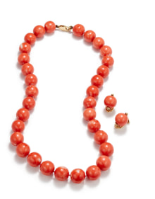 NoArtist - A Set of Coral Earrings and Necklace