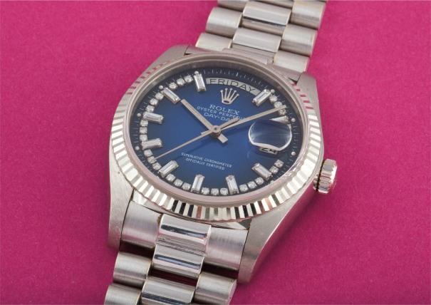 A rare and attractive white gold and diamond-set calendar wristwatch with centre seconds, bracelet and blue dégradé dial