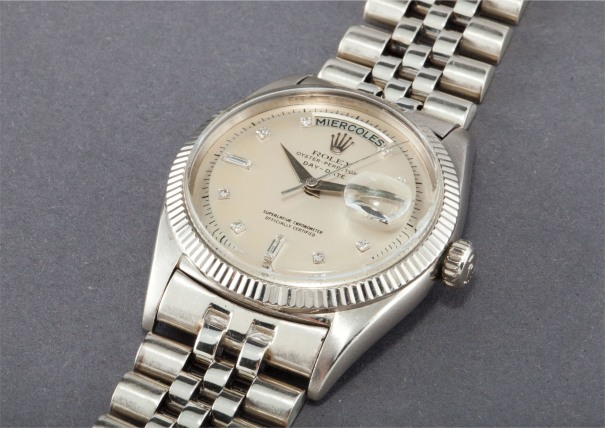 A very rare and historically important white gold and diamond-set calendar wristwatch with centre seconds and bracelet