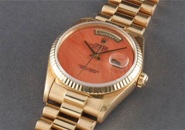 An extremely rare yellow gold calendar wristwatch with bracelet, centre seconds and light coral hard stone dial
