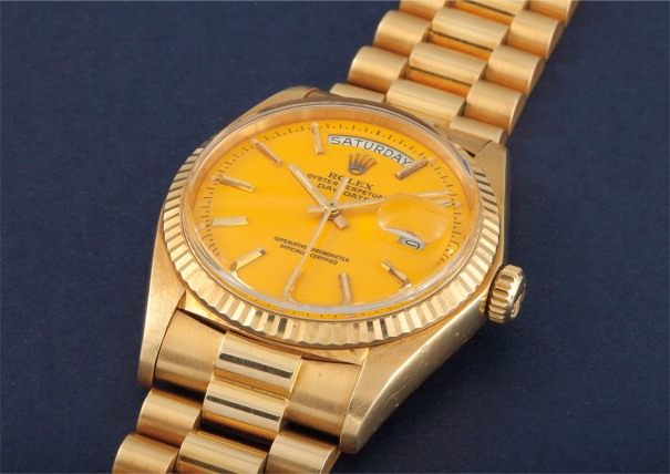 """An extremely rare and important yellow gold calendar wristwatch with centre seconds, bracelet and yellow lacquered """"Stella"""" dial"""