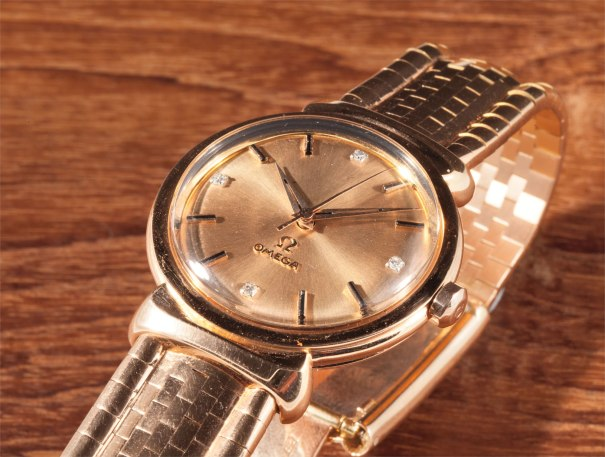 """An exceptional and very rare pink gold bracelet watch with centre seconds and two-tone """"pie pan"""" dial"""