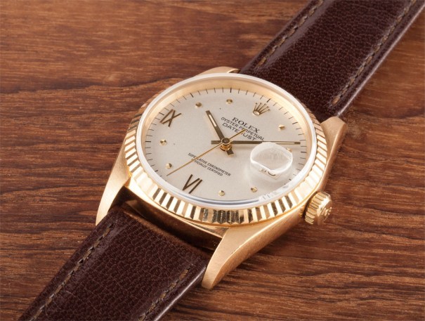 A rare yellow gold wristwatch with date and unusual dial