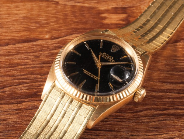 A very fine and rare yellow gold wristwatch with date, bracelet and attractive black lacquer dial