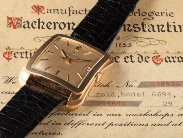 A fine and rare yellow gold wristwatch with centre seconds, champagne dial, date and original certificate