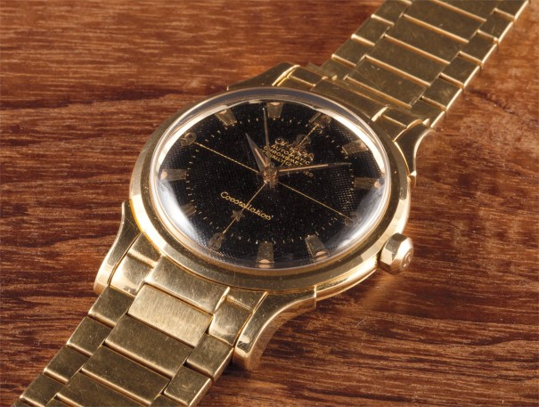 A fine and rare yellow gold wristwatch with centre seconds, date, bracelet and black engine-turned dial