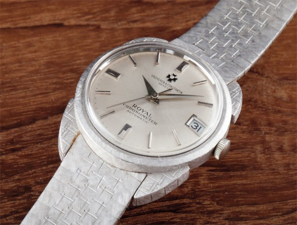 A rare and attractive white gold wristwatch with centre seconds, date, unusual lugs and bracelet