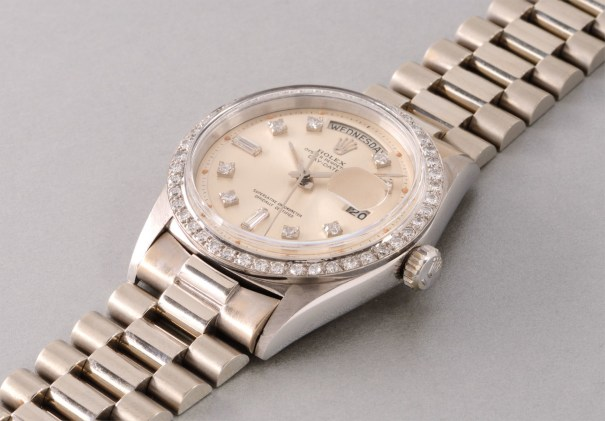 A very fine, rare and attractive white gold calendar wristwatch with diamond-set bezel, hour markers and bracelet