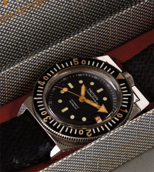 A very rare and attractive diver's wristwatch with screw down crown at 12, center seconds and date