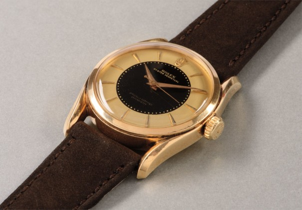 A very rare and highly attractive yellow gold wristwatch with two-tone dial and center seconds