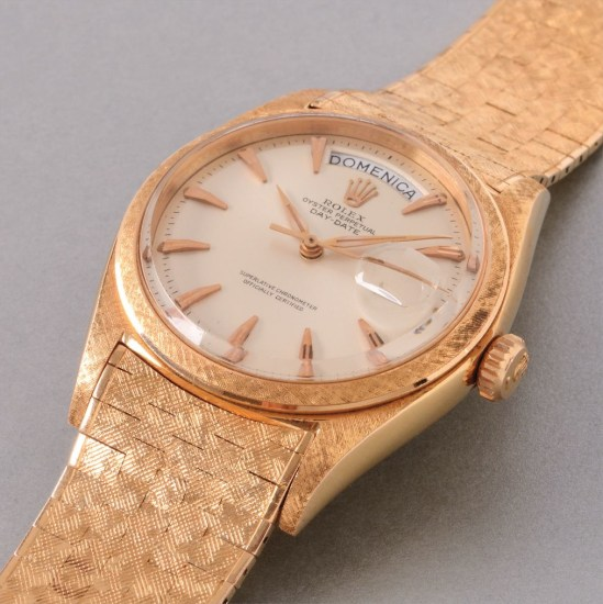 A fine and rare pink gold calendar wristwatch with center seconds and rare textured bracelet