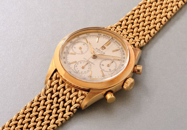 """An extremely rare and fine yellow gold chronograph wristwatch with bracelet and """"underline"""" dial"""