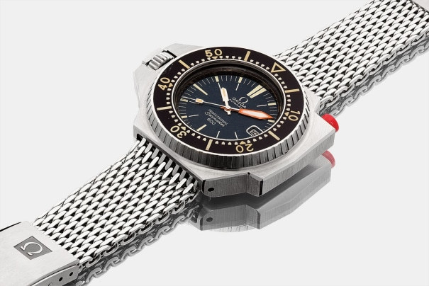 A rare stainless steel left-handed wristwatch with date, locking bezel and bracelet