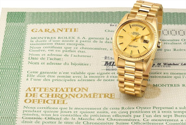 A fine and rare yellow gold calendar wristwatch with sweep centre seconds, champagne dial, bracelet and original guarantee