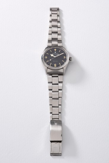 A fine stainless steel wristwatch with sweep center seconds, bracelet, guarantee and presentation box