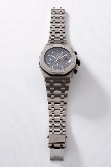 A fine and attractive titanium chronograph wristwatch with grey dial, date, bracelet, guarantee and box