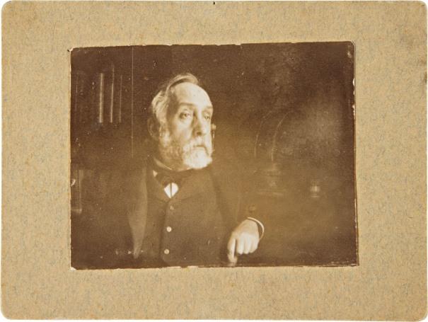 Autoportrait dans sa bibliotheque