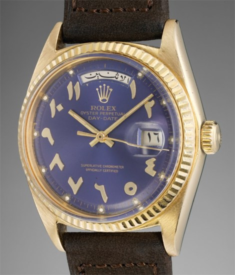 A fine, unusual and very rare yellow gold calendar wristwatch with center seconds, day and date in Arabic, Eastern Arabic numerals, blue dial and bracelet