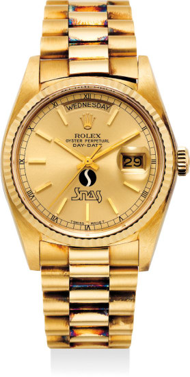 A fine and very rare yellow gold automatic wristwatch with center seconds, day, date, bracelet and Garantie. Made for SNAS