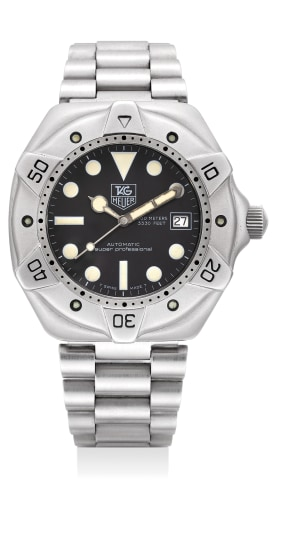 A fine stainless steel diver's wristwatch with date, sweep center seconds, bracelet and fitted presentation box