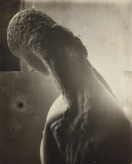 Femme se regardant dans un miroir [Woman looking into a mirror]