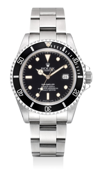 A fine and attractive stainless steel diver's wristwatch with date, gas escape valve, bracelet, guarantee and presentation box